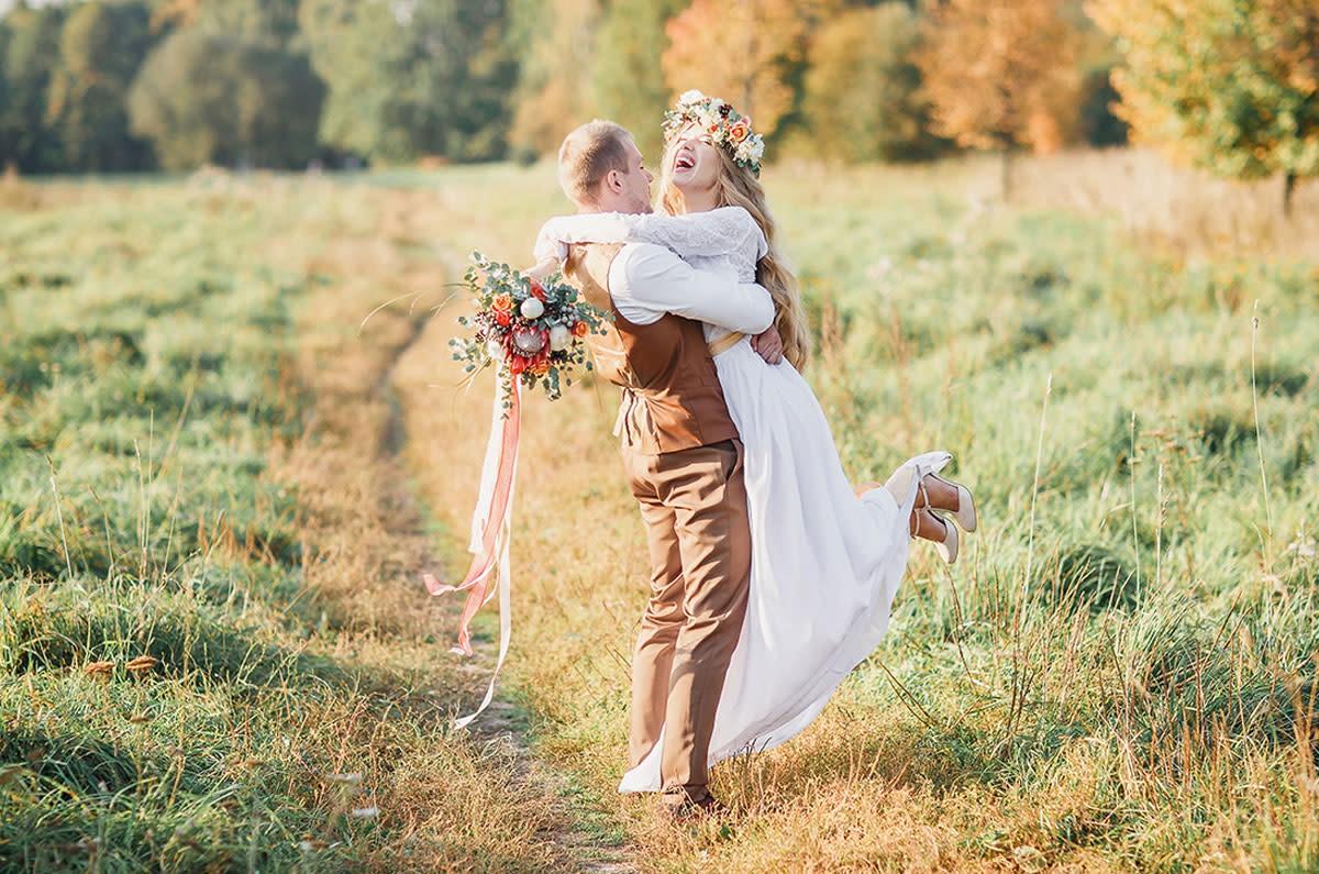 Jeunes mariés s'amusant lors de leur journée spéciale.