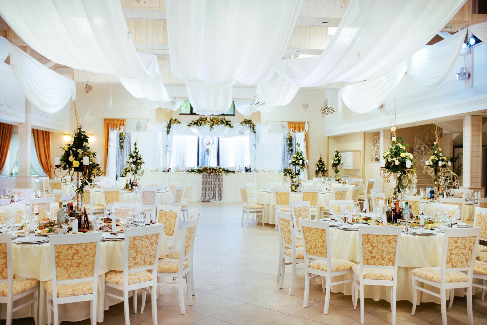 Salle de mariage élégante.