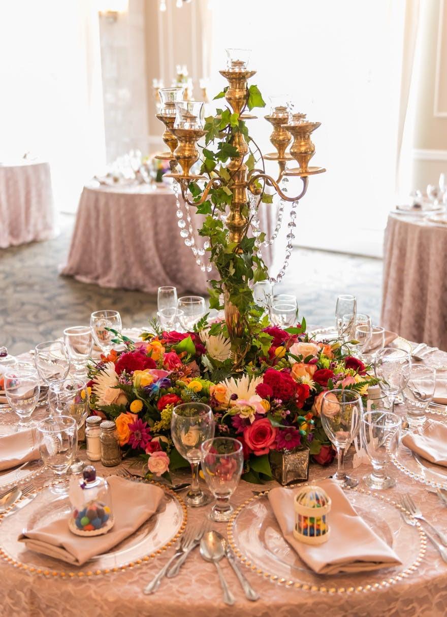 Une idée fraîche - ajoutez un centre de table floral.