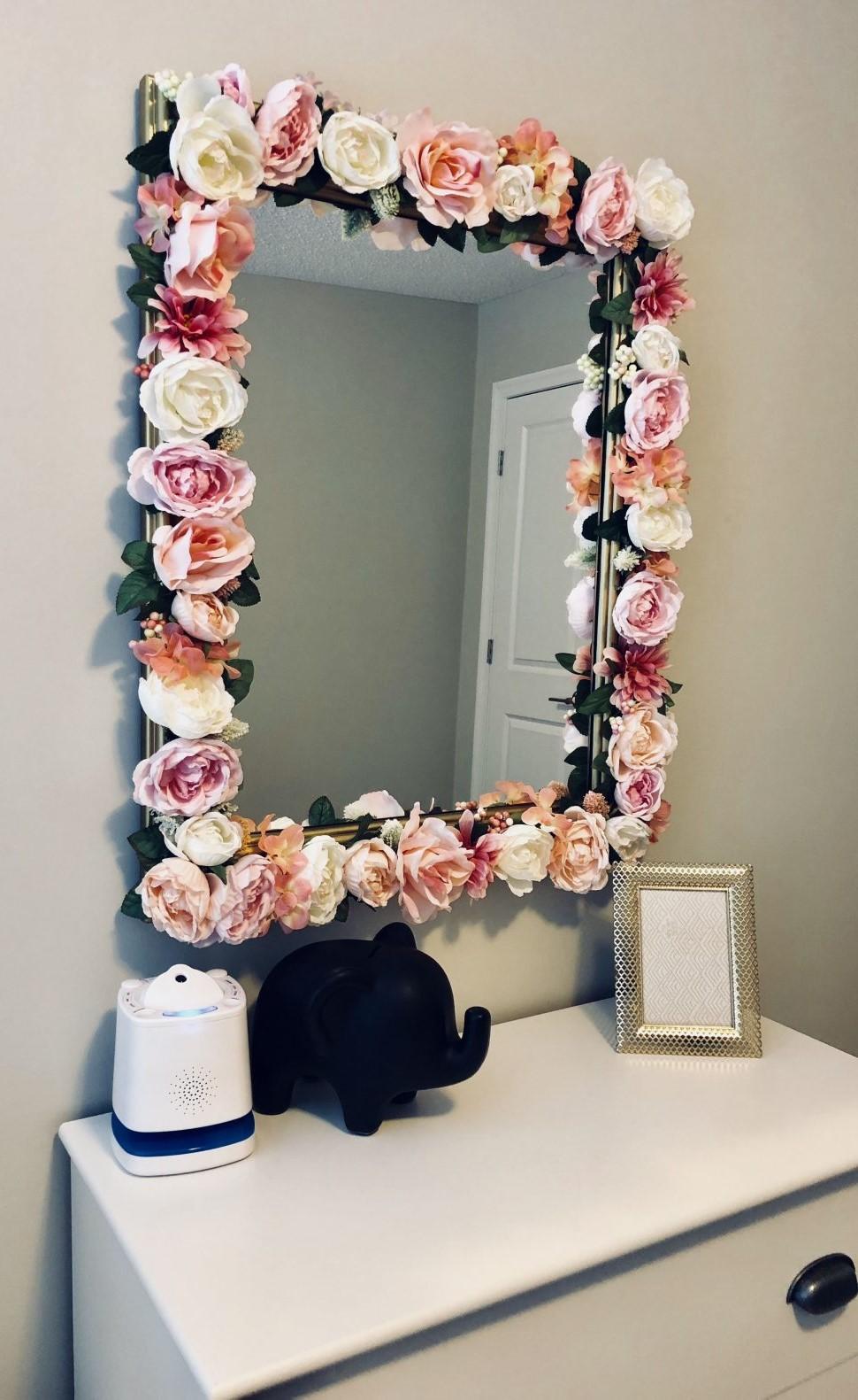 Décorez votre miroir avec des fleurs artificielles.