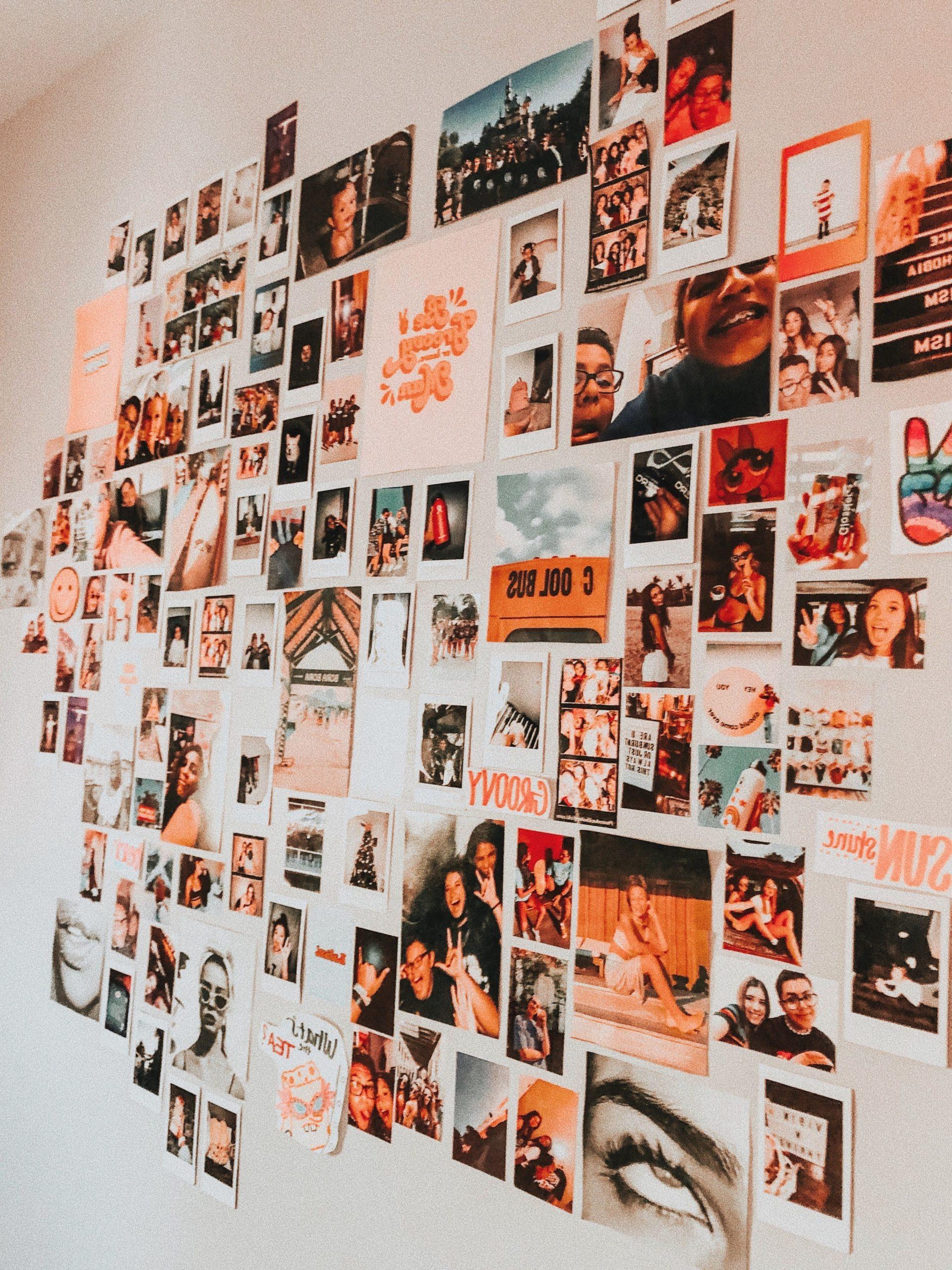Galerie de photos sur le mur.