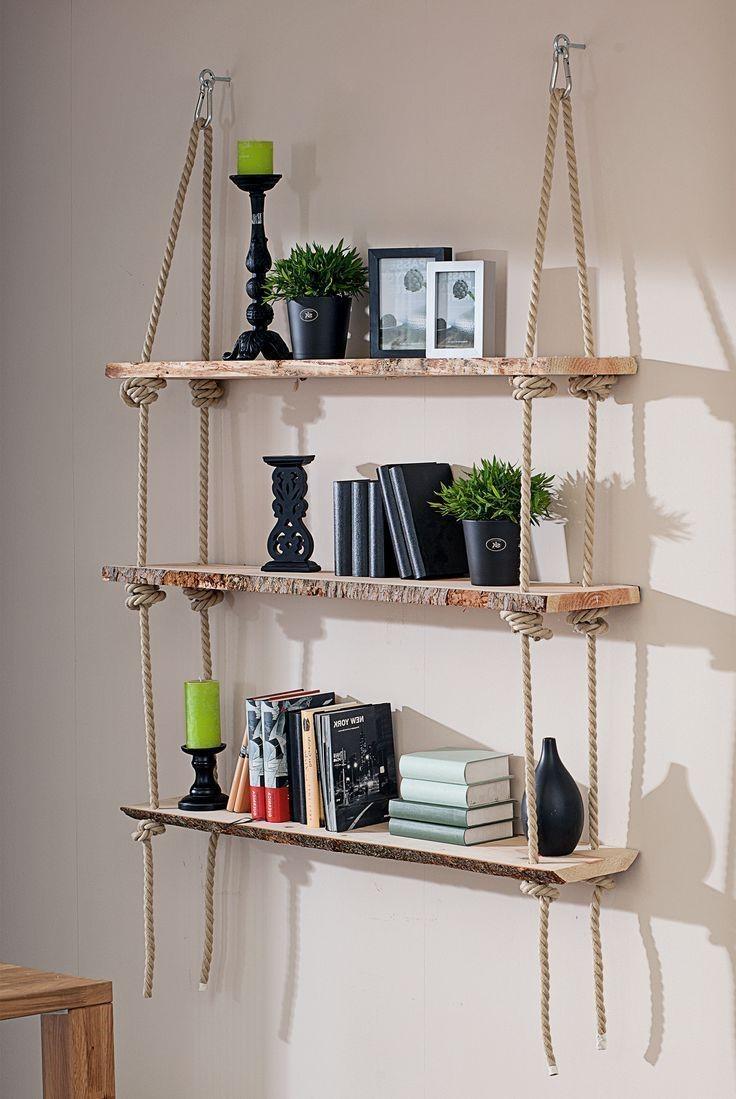 Étagère bricolage faite de corde et de planches de bois.