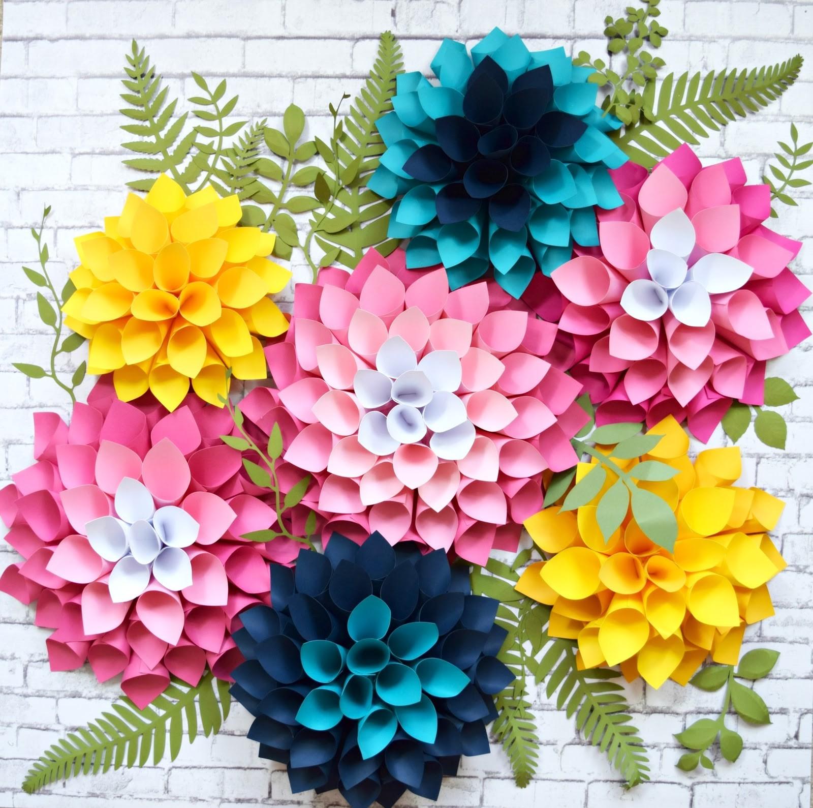 Décoration murale en fleurs en papier.
