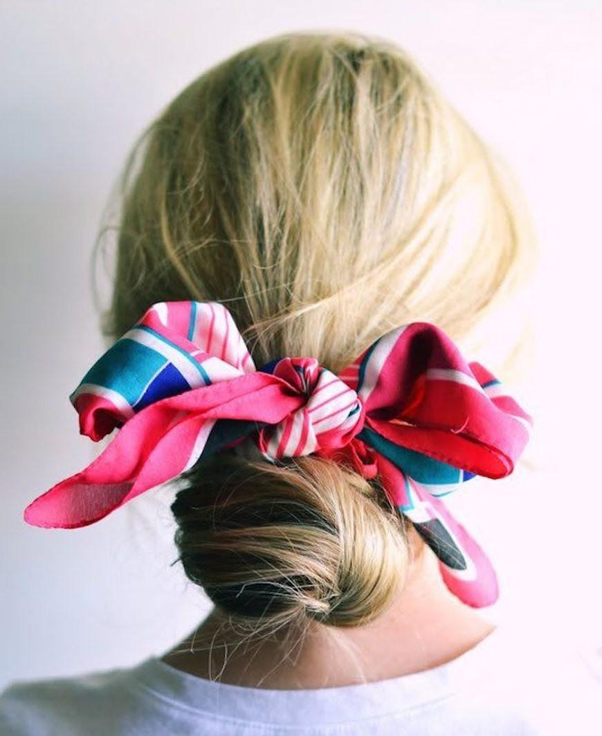 Chignon décoré d'un foulard multicolore.
