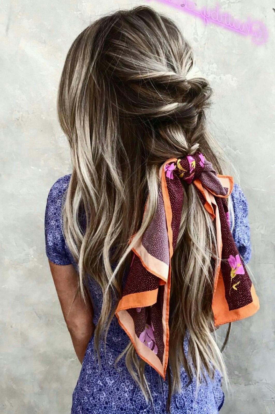 Ajoutez une écharpe élégante à votre coiffure d'été.