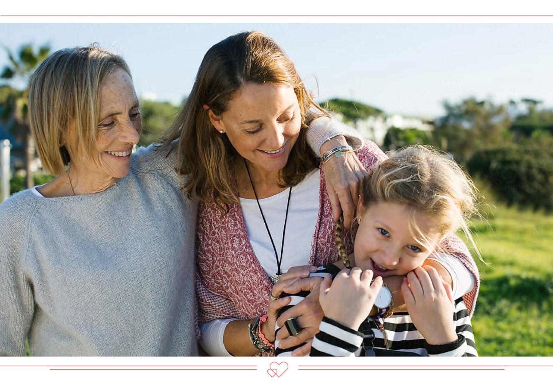 Grand-mère, mère et fille - la meilleure façon de passer la fête des mères est de célébrer ensemble.