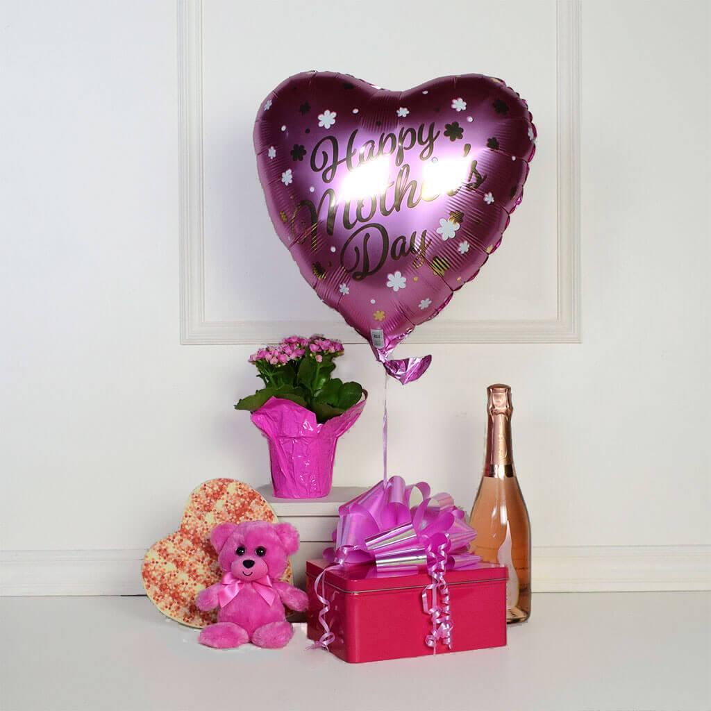 Gâtez-la avec des fleurs, des ballons, du chocolat et du champagne.