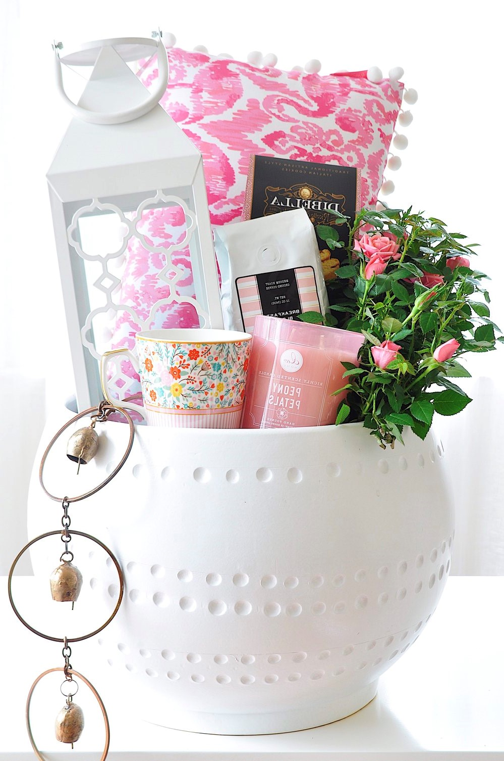 Coffret cadeau avec oreiller, cosmétiques, fleurs et bougies.