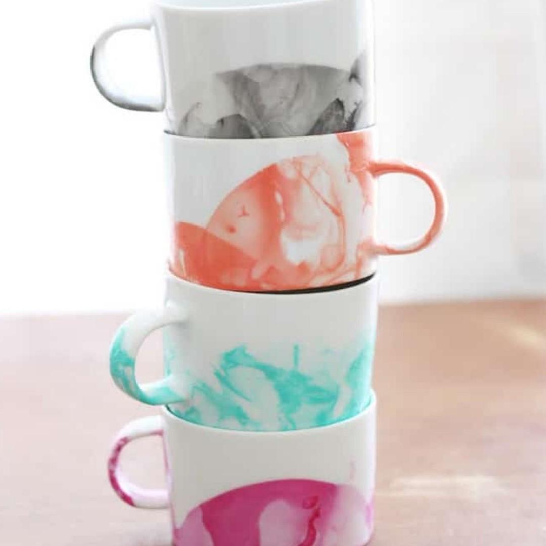 Ensemble de tasses à café décorées à la maison.