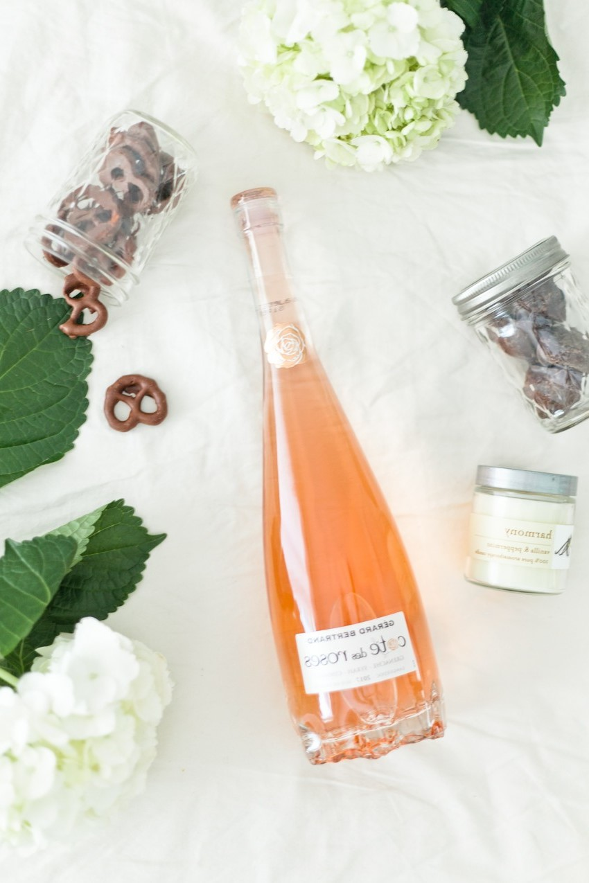 Célébrez avec une bouteille de champagne ou un vin mousseux chic.
