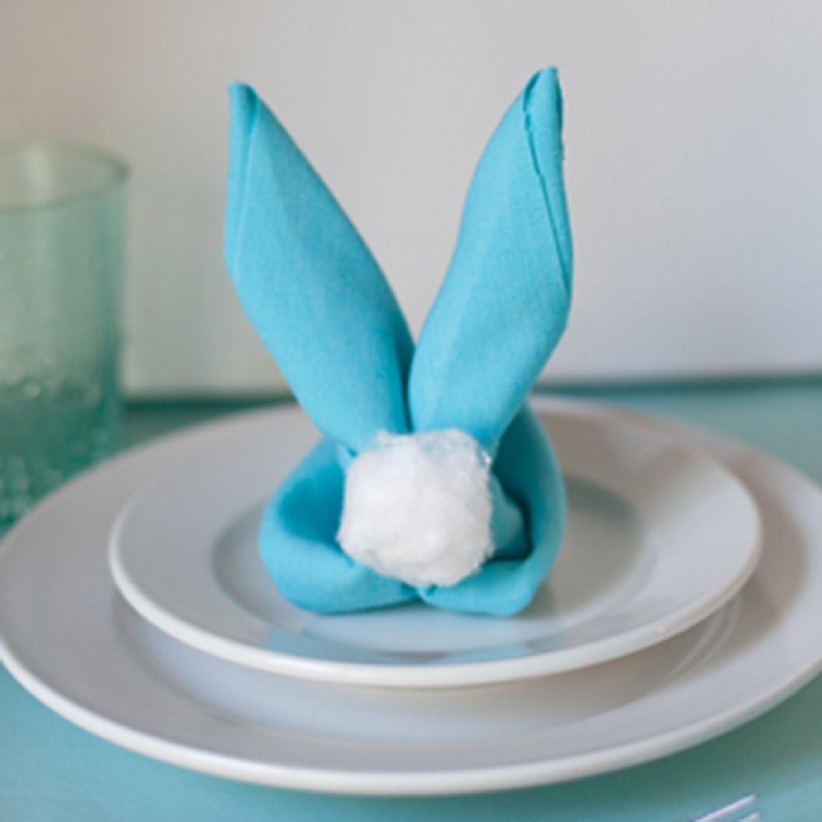 Oreilles et queue de lapin comme décoration de table.