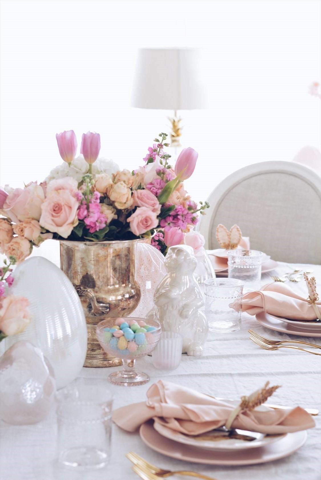 Table de Pâques en couleurs pastel.