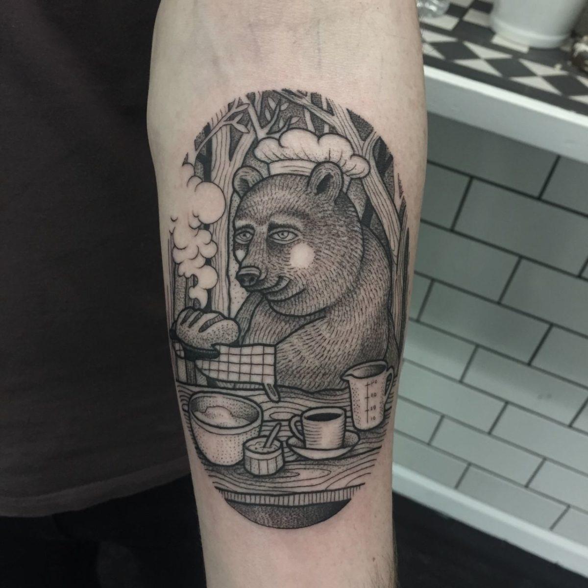 Dans la tradition japonaise, le symbolisme des ours et donc le tatouage ours représente la sagesse, le stoïcisme, la patience, la force et la bienveillance.