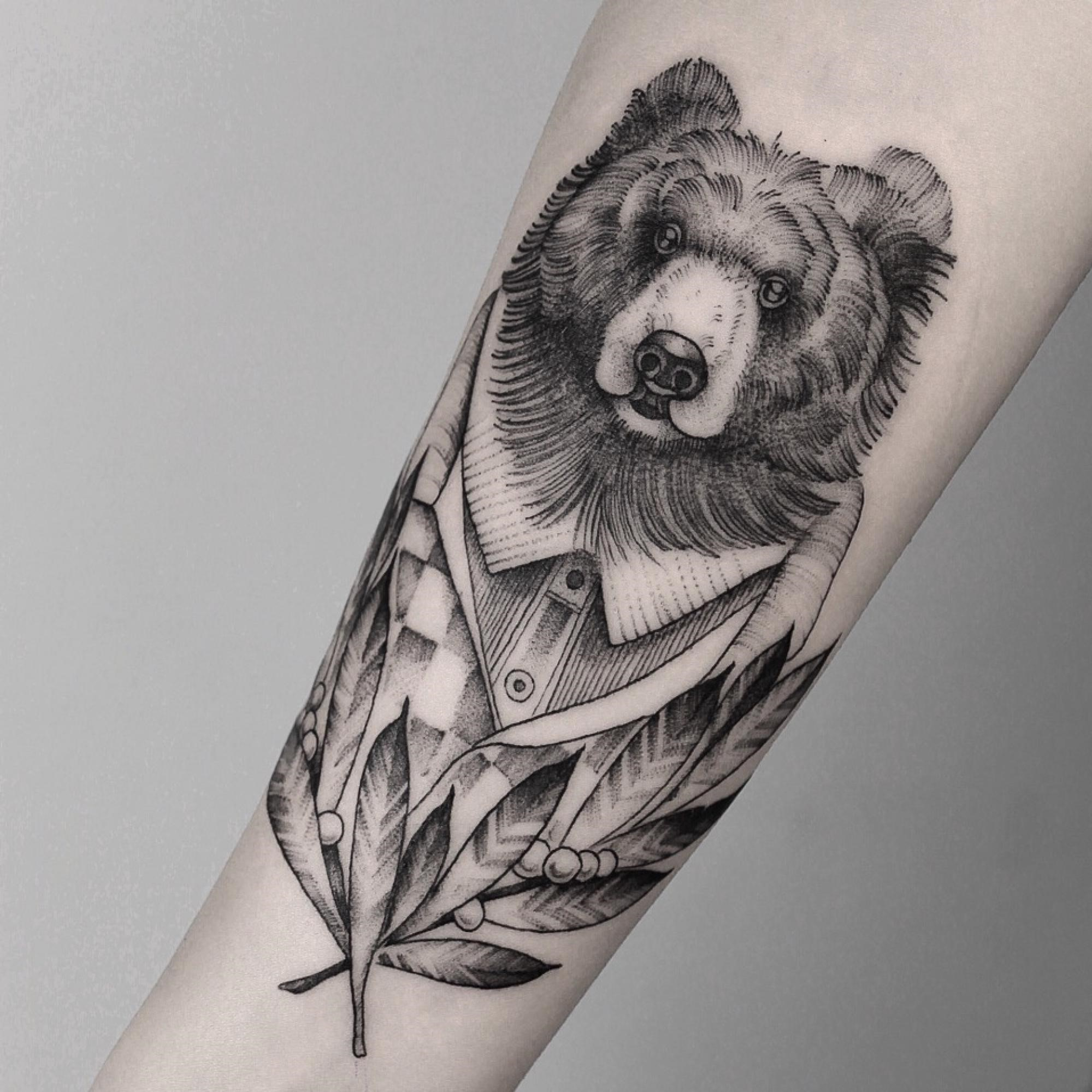 En alchimie, l'ours est également à double sens dans son symbolisme selon qu'il est en hibernation ou actif.