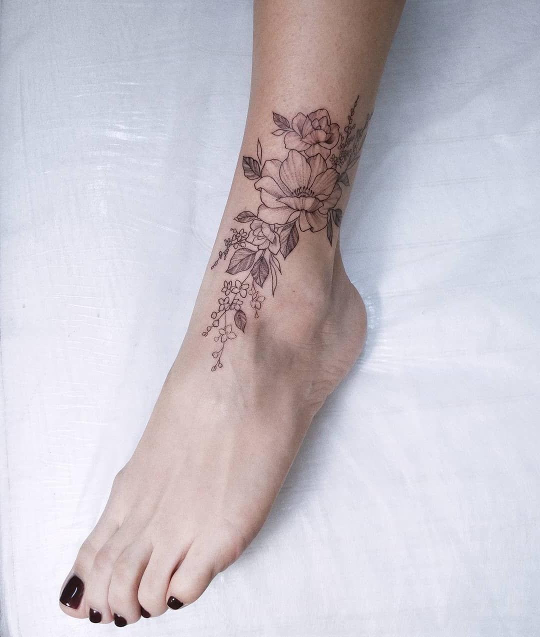 Tatouage floral discret.