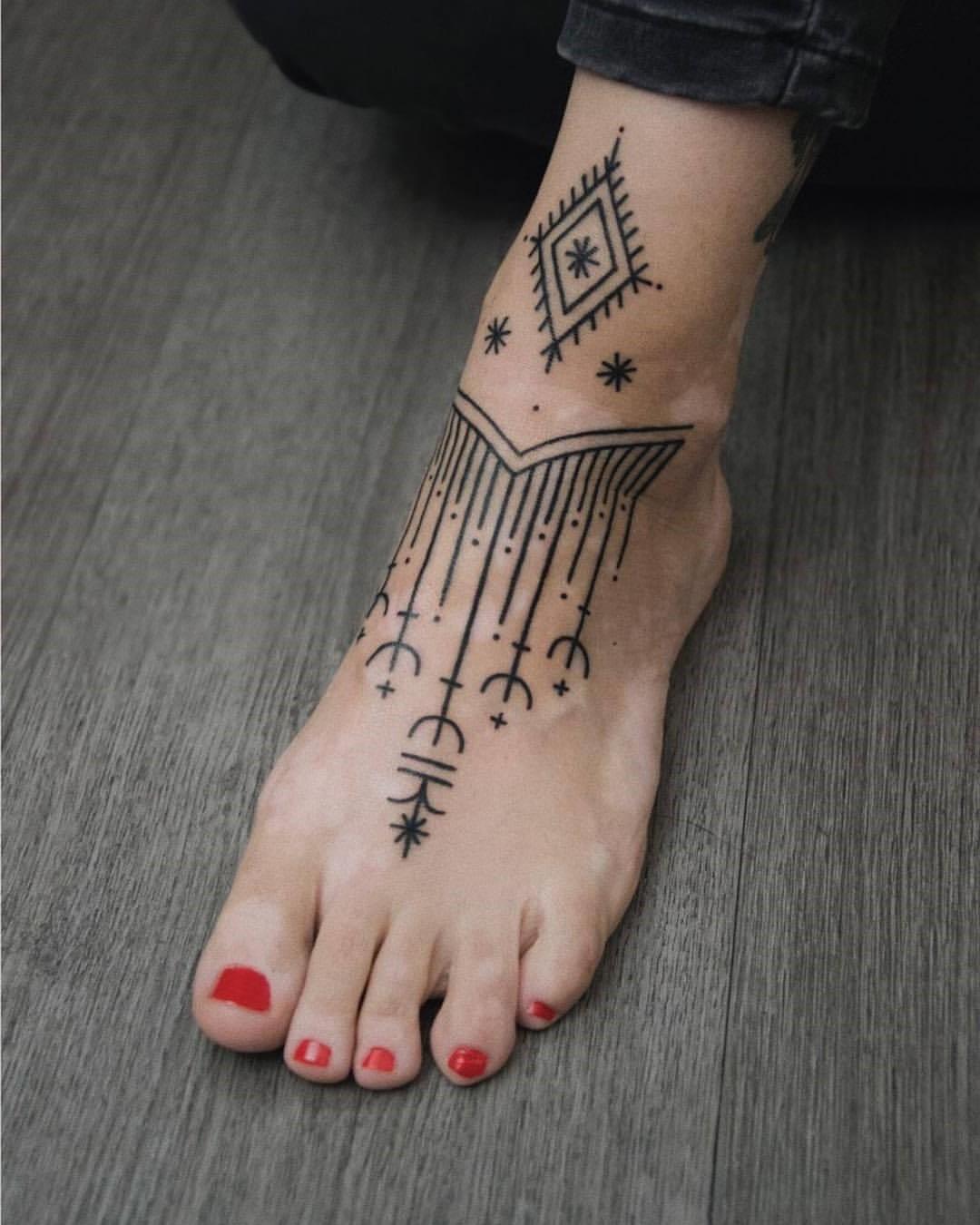 Tatouage sur la cheville et le pied.