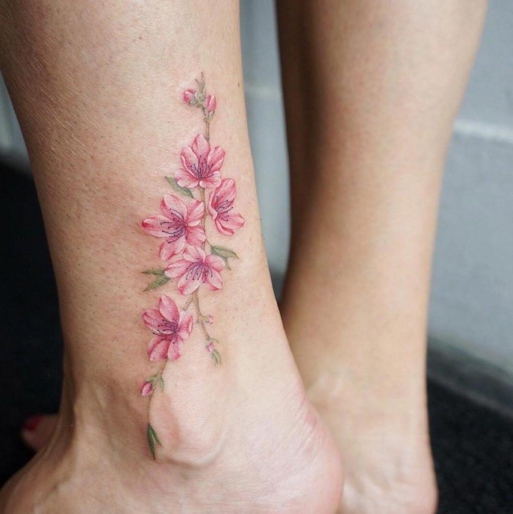 Fleur délicat sur la cheville.
