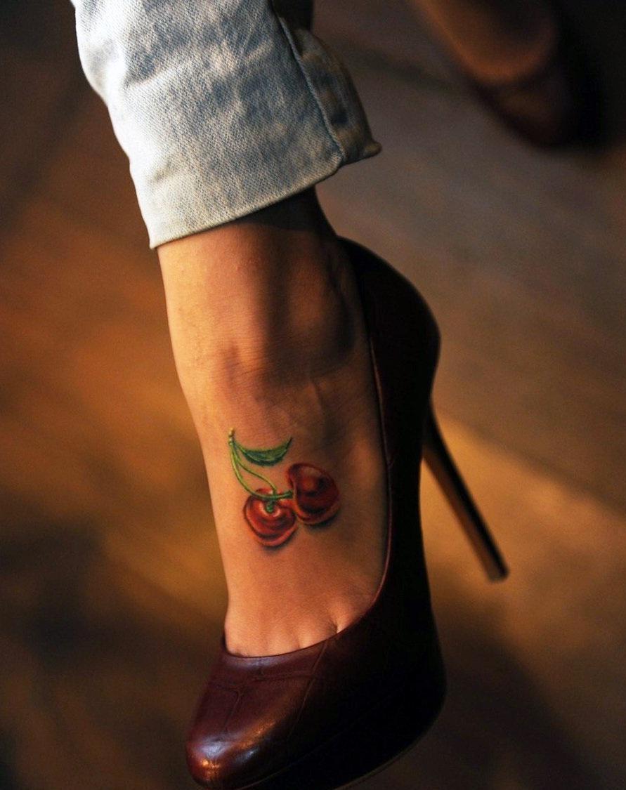 Tatouage sur le pied sexy.