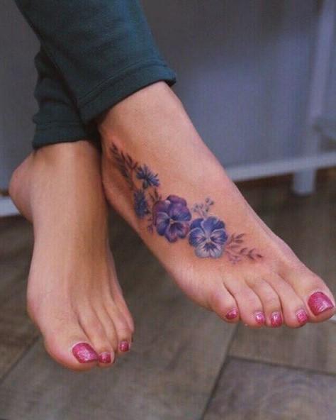 Tatouage viola sur le pied.