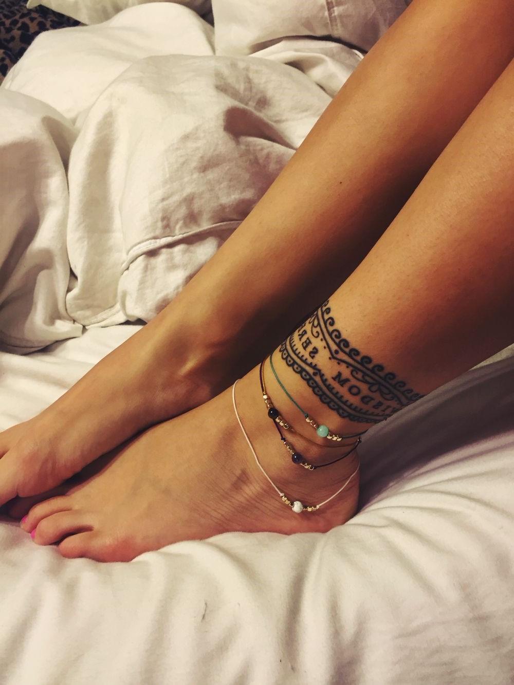 Tatouage sur le pied et la cheville.