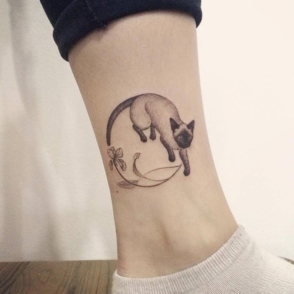 Tatouage créatif sur la cheville.