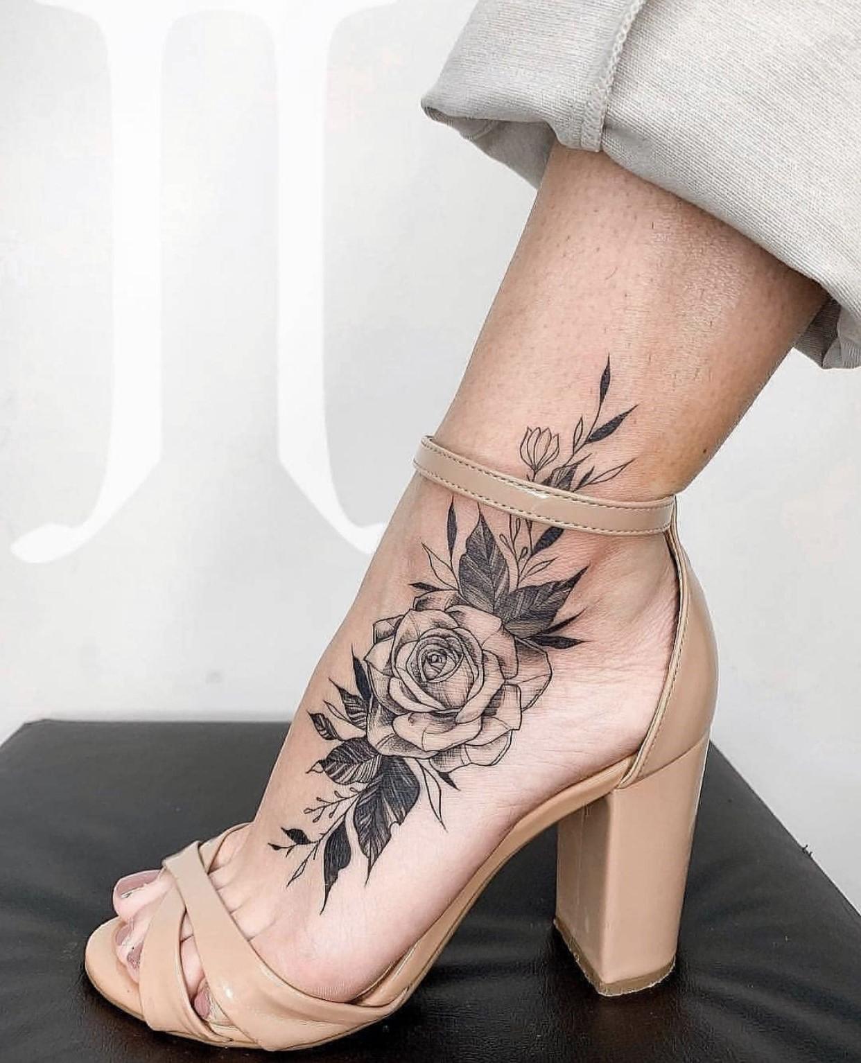 Rose élégante sur le pied et la cheville.