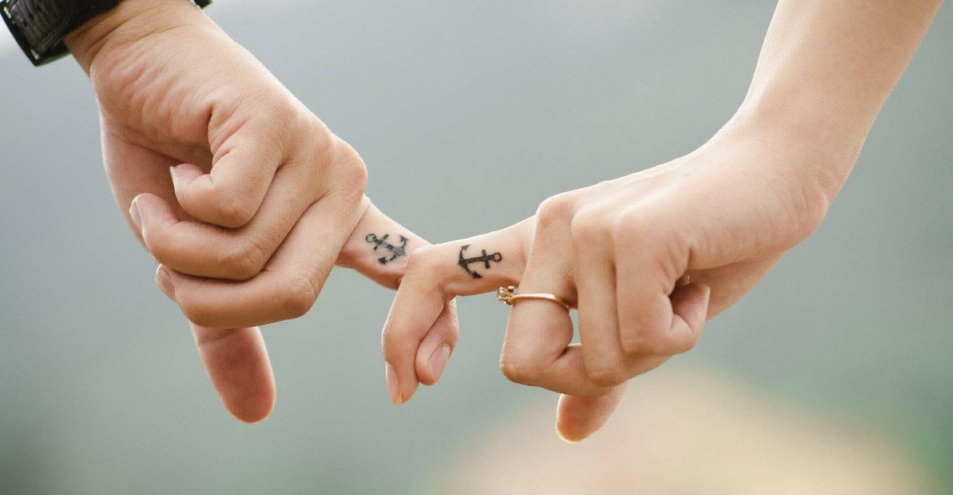Les couples aiment les tatouages d'ancre comme moyen de représenter leur dévouement les uns envers les autres.
