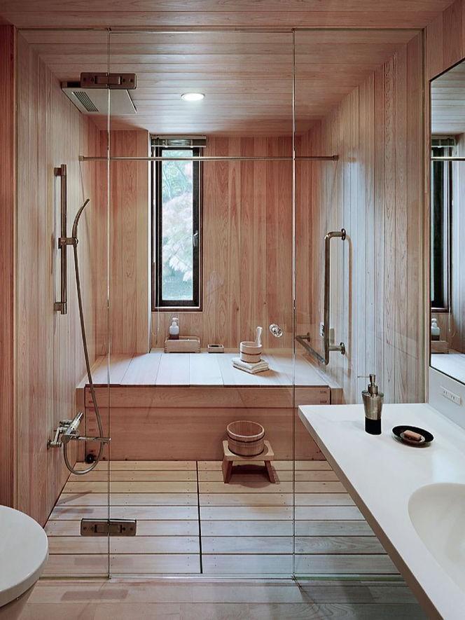 Cabine de douche avec des éléments en bois.