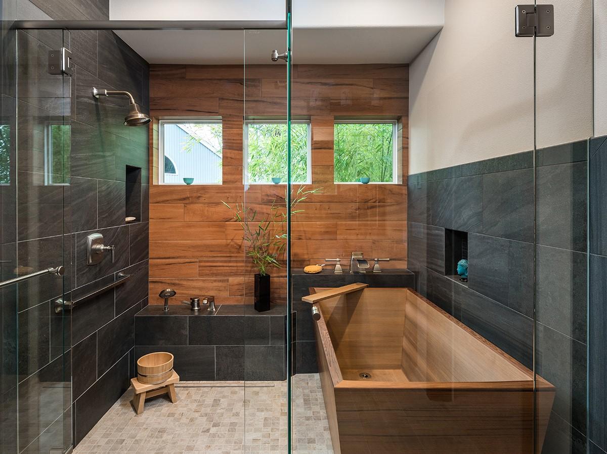 Baignoire en bois, murs noirs et sol blanc - un contraste impressionnant.