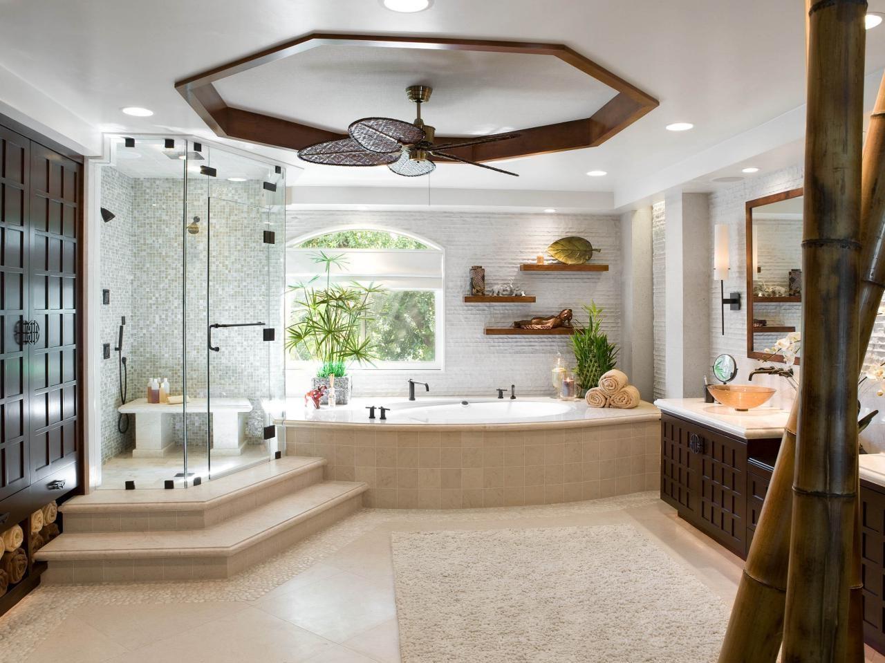 Salle de bain spacieuse avec douche et baignoire.