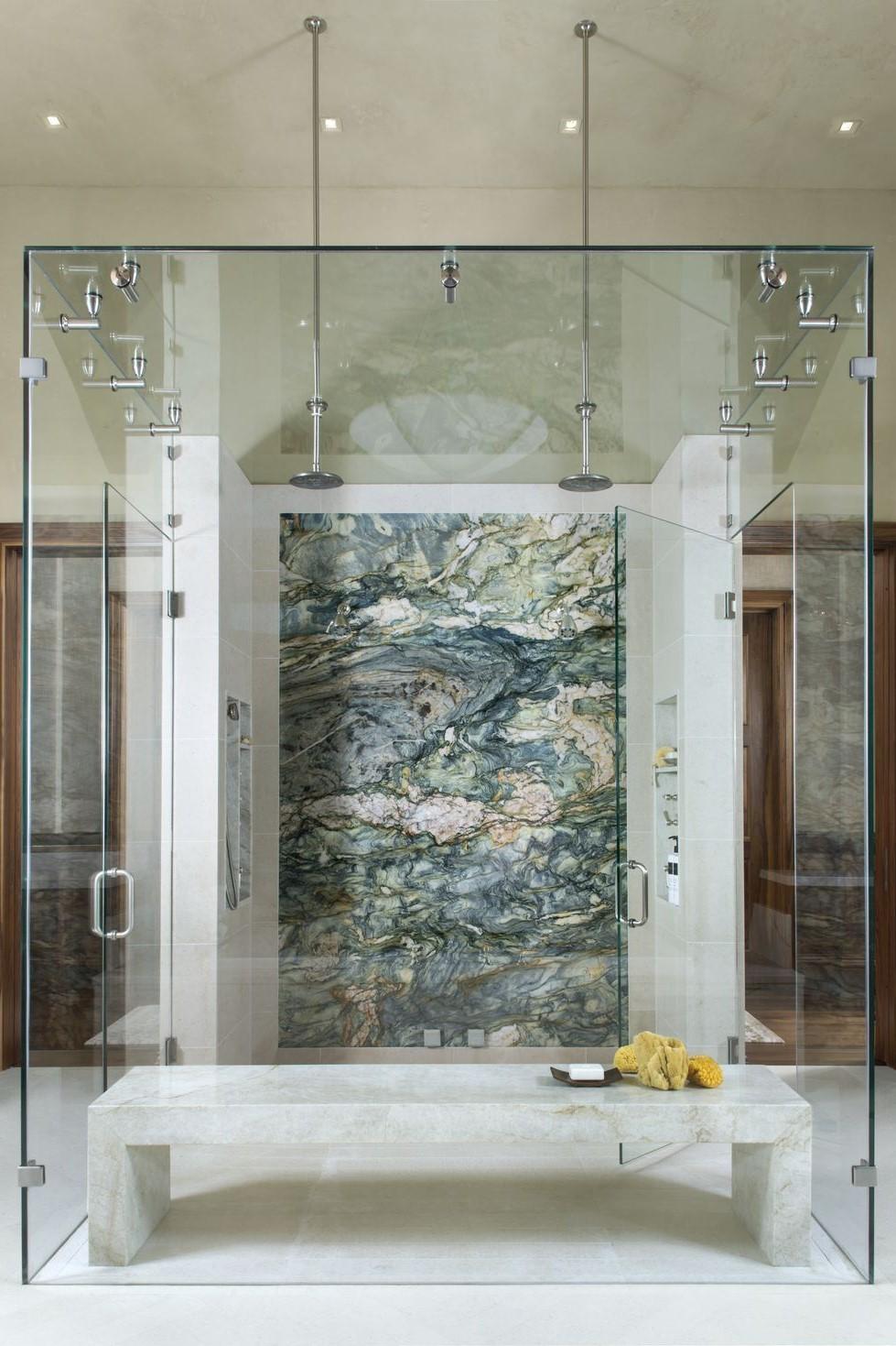 Cabine de douche en marbre vert.
