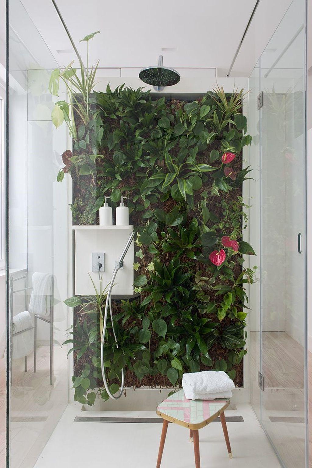 Cabine de douche zen avec des éléments biophiles.