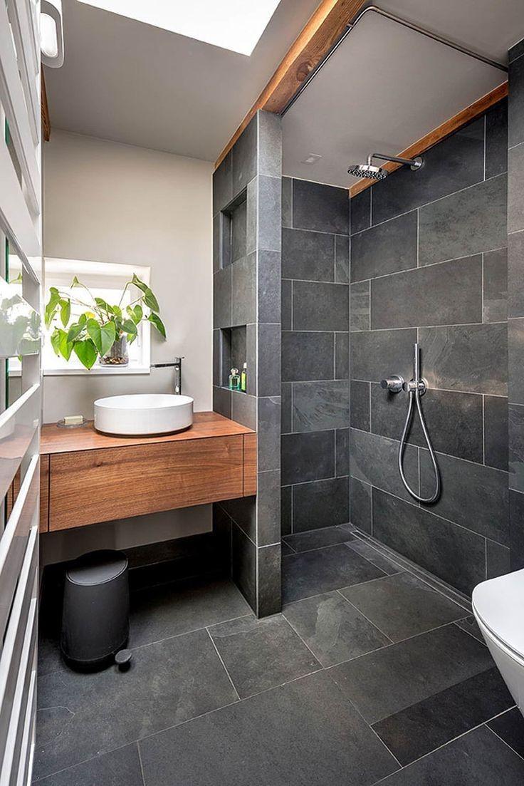 Salle de bains avec des carreaux gris.