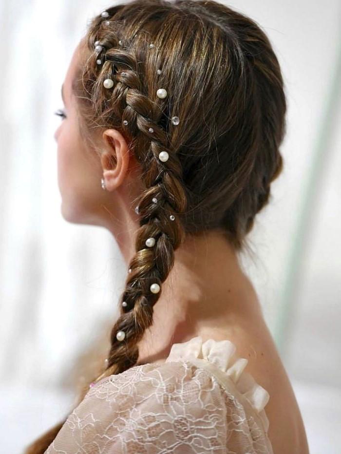 Tresse ornées d'élégantes perles.