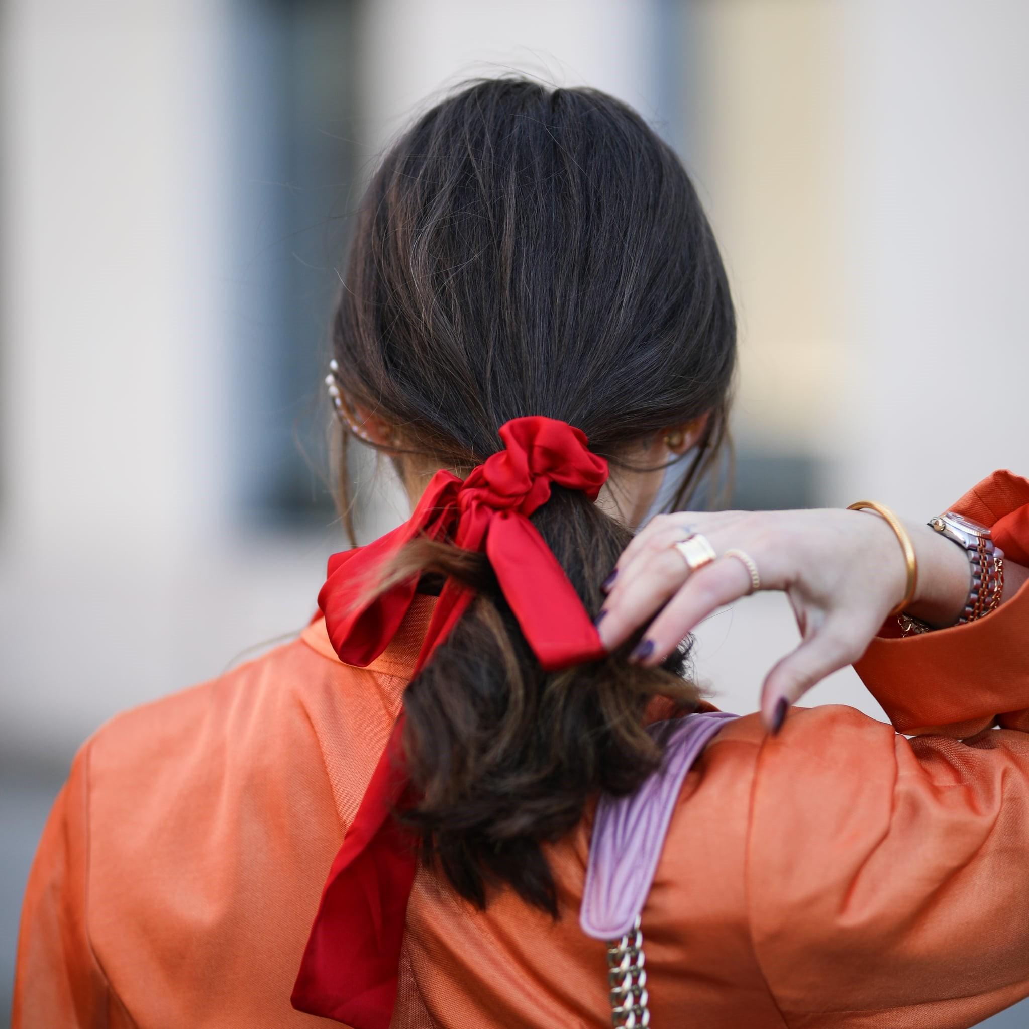 Ajoutez un foulard dans une couleur vive.