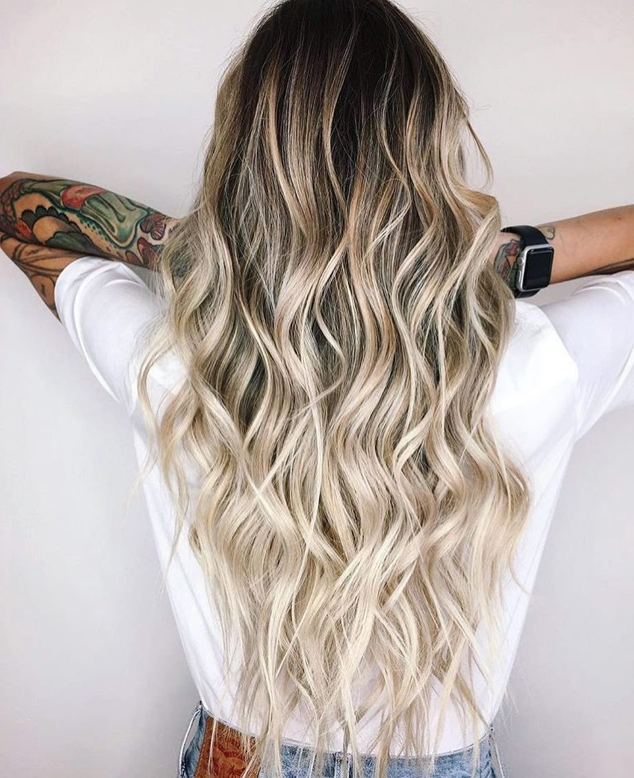 Le blond polaire est le bon choix pour la saison estivale, car il crée un contraste avec la peau bronzée.