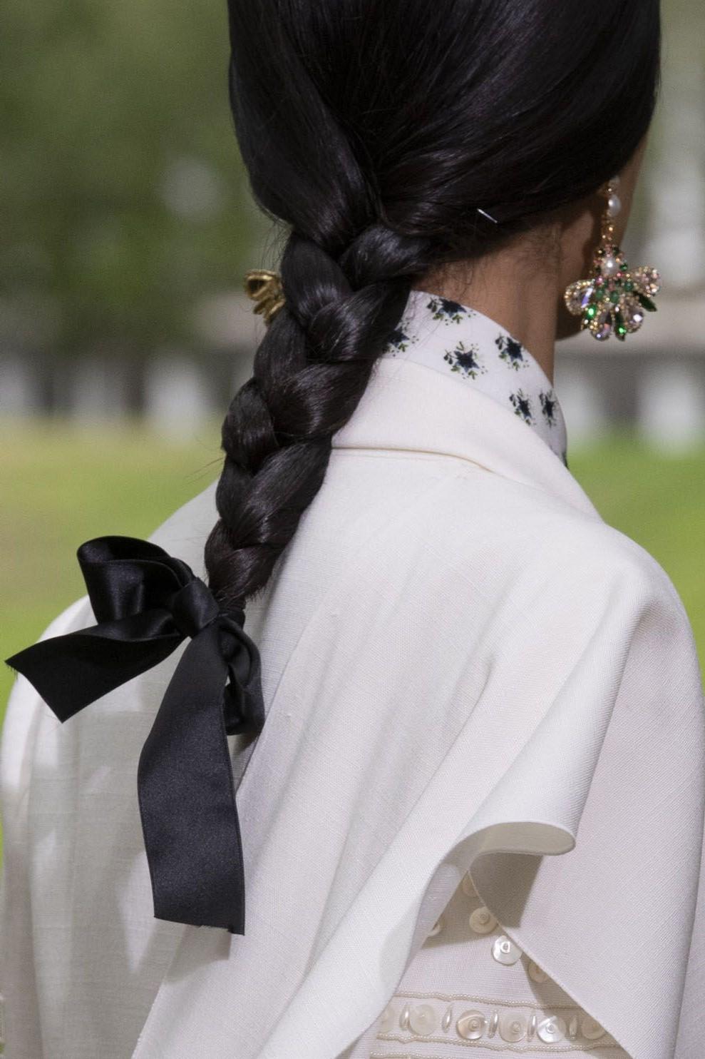 Ajoutez un foulard au bout de votre tresse pour un effet étonnant.