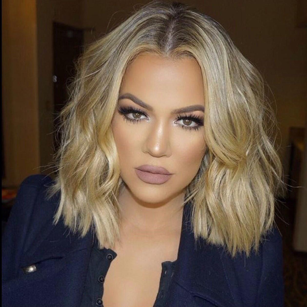 Khloé Kardashian avec coiffure bob tendance.