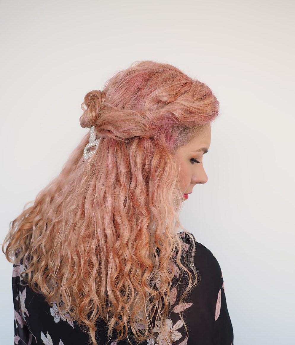 Évitez d'utiliser de la chaleur sur vos cheveux pendant quelques semaines et vous verrez les résultats.