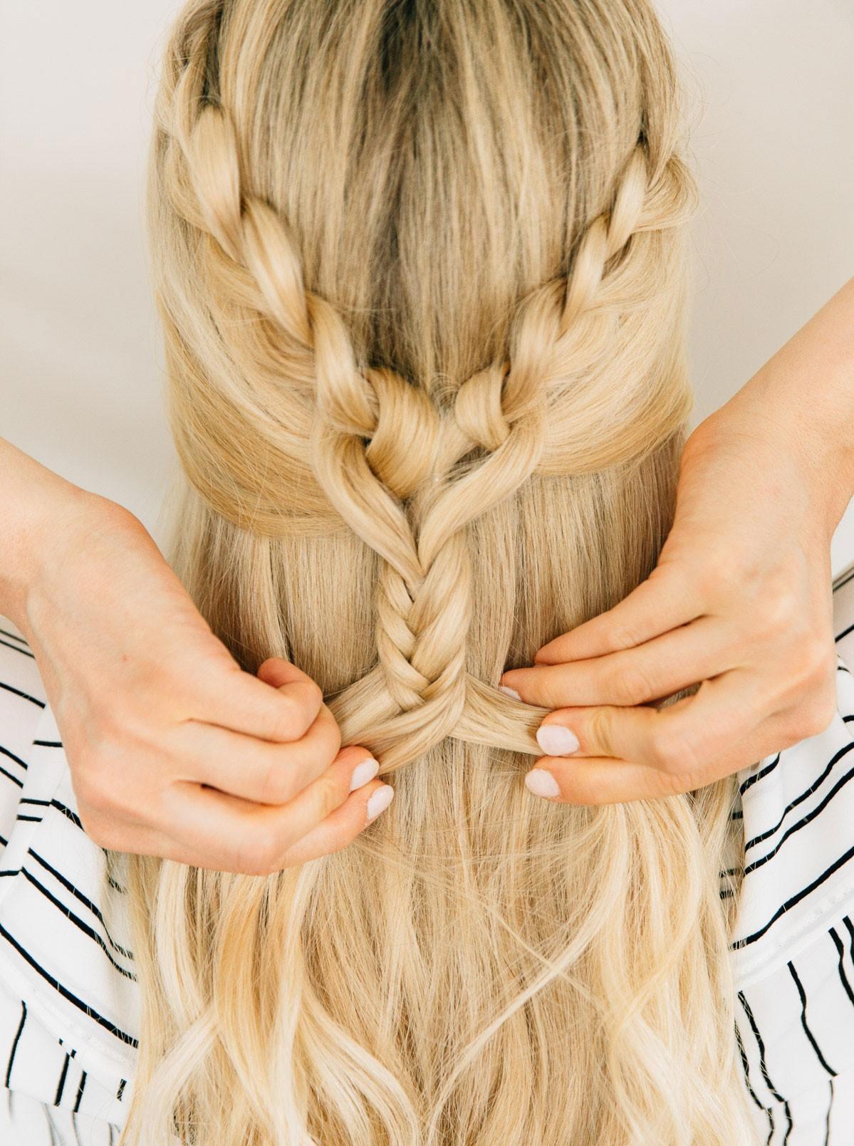 Coiffures tendance en 2020: couronne tressée pour les cheveux longs.