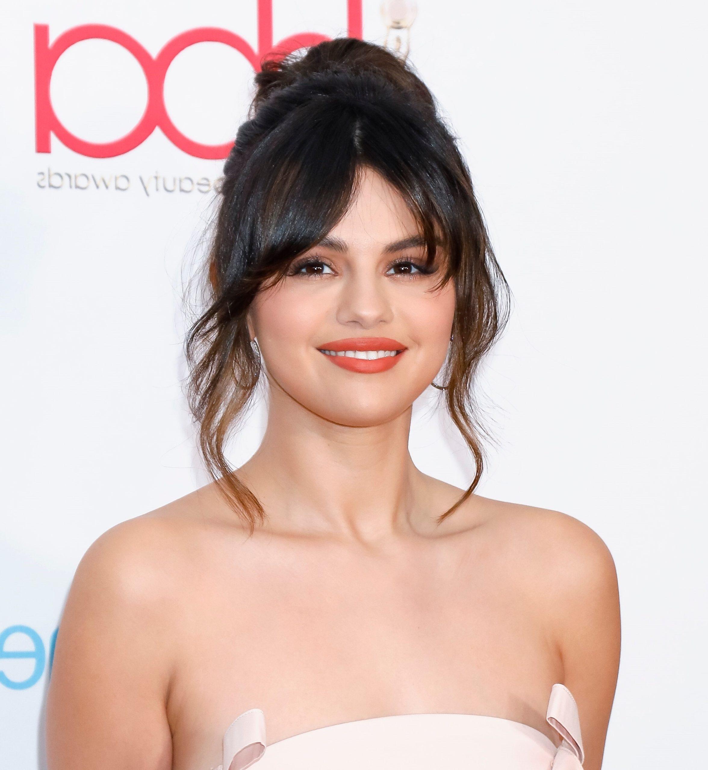 Selena Gomez a choisi la frange rideau.