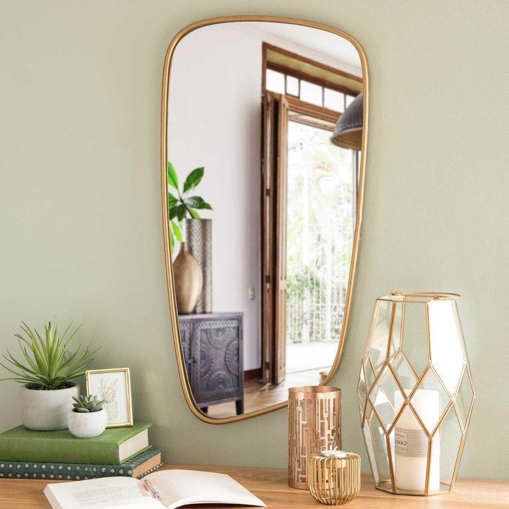 Mirroir tendance avec une cadre dorée.
