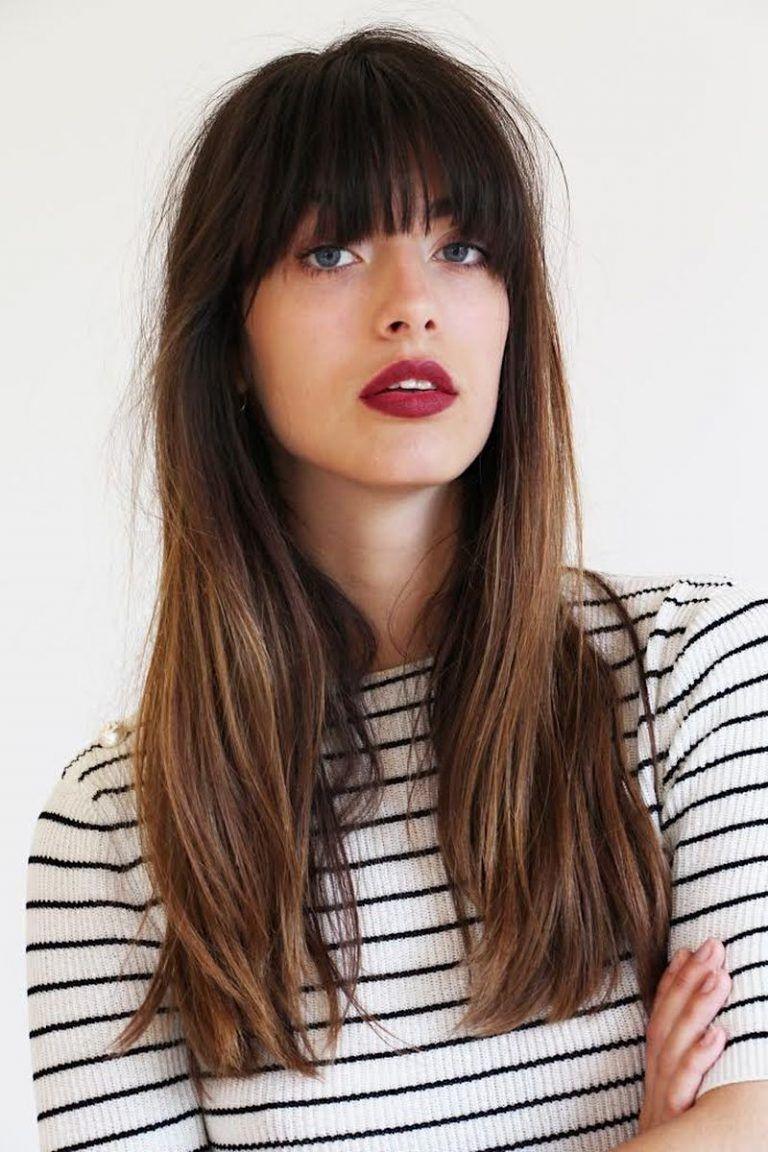 Cheveux longs dédradés avec une frange sympa.
