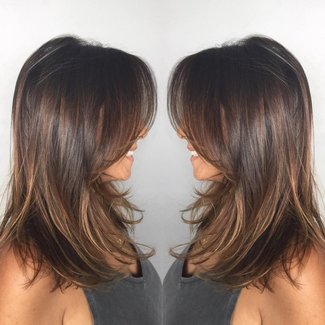 Choisissez une frange de côté pour compléter votre coiffure.