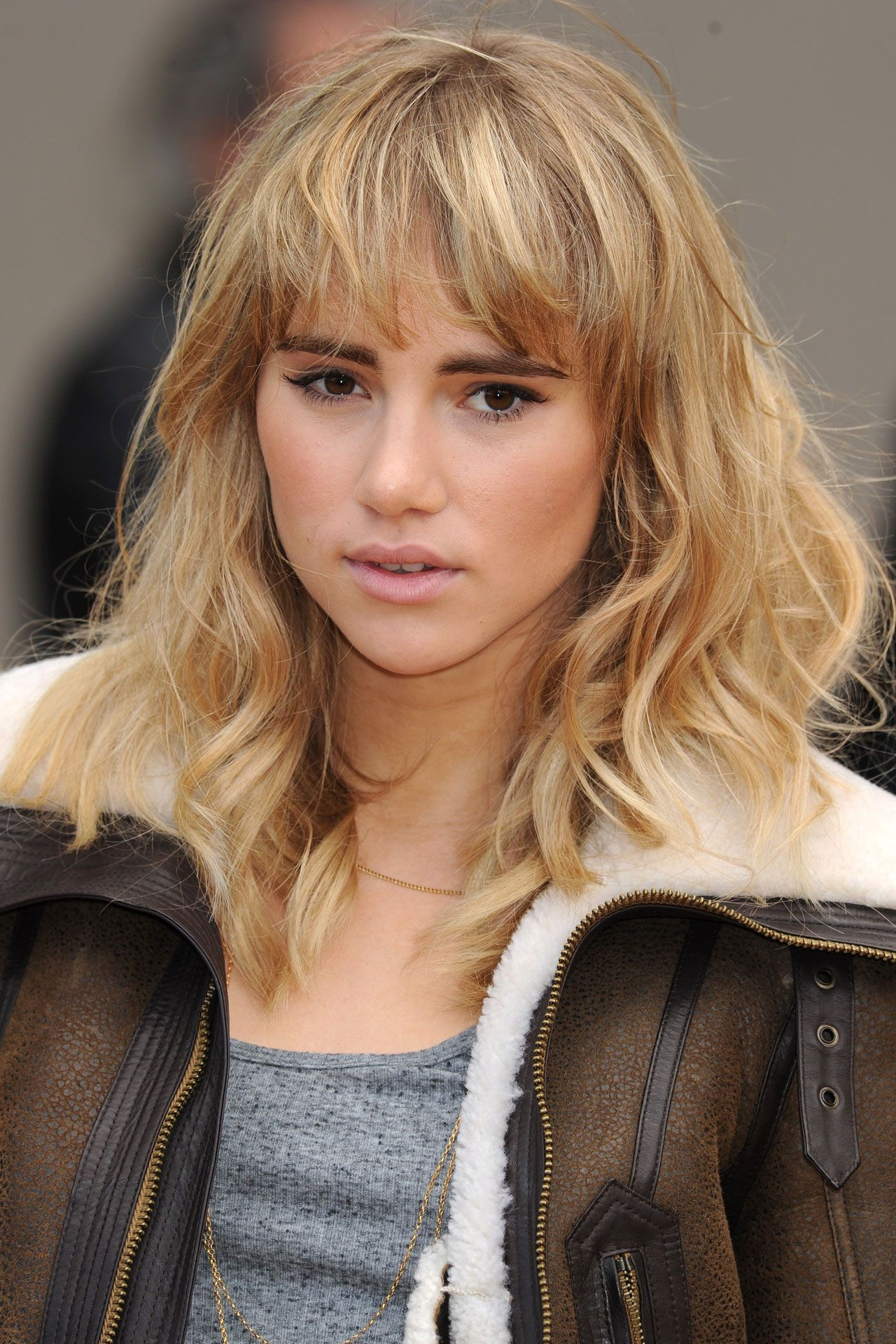 Cette coiffure a l'air chic sur les cheveux raides ou ondulés.