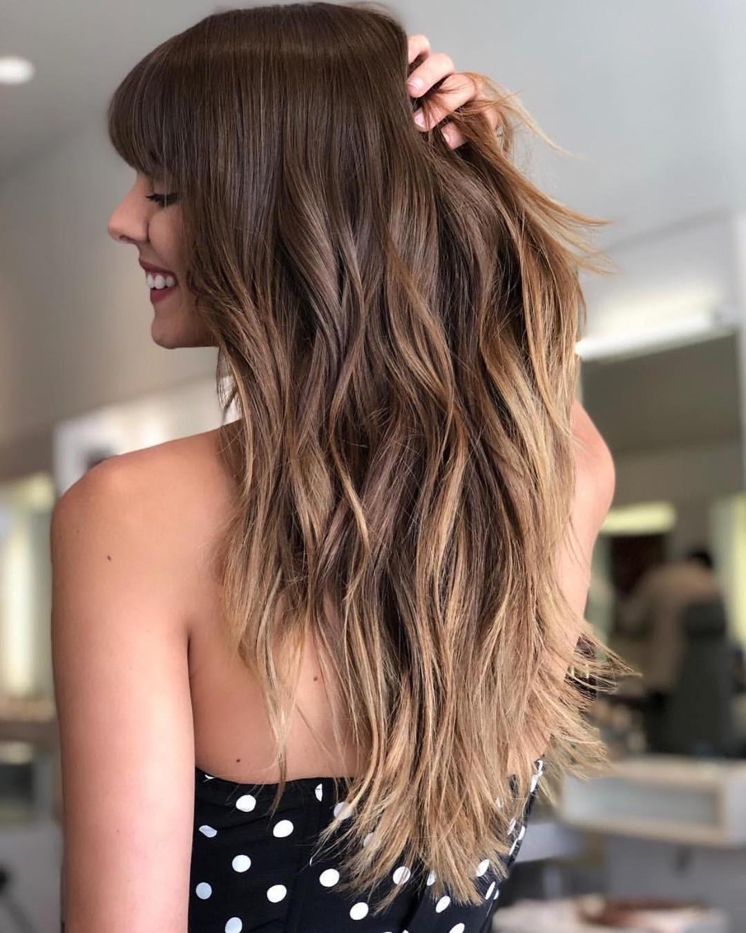 Embellissez vos cheveux longs dégradés avec un balayage subtil.