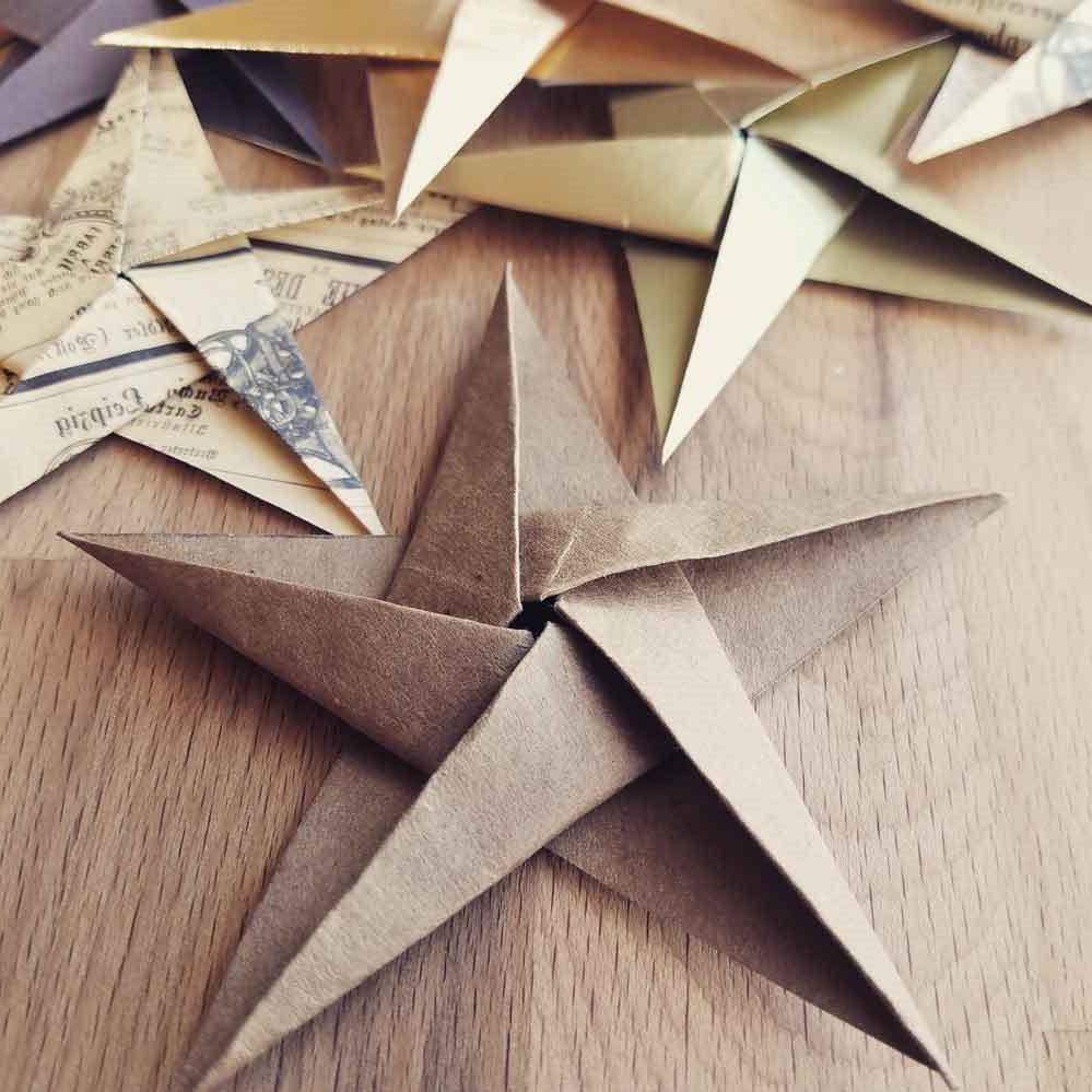 Dans la vingtaine, il a utilisé ses connaissances de l'origami pour enseigner aux nouveaux employés de l'usine où il a travaillé sur les concepts de géométrie nécessaires pour terminer leur travail.