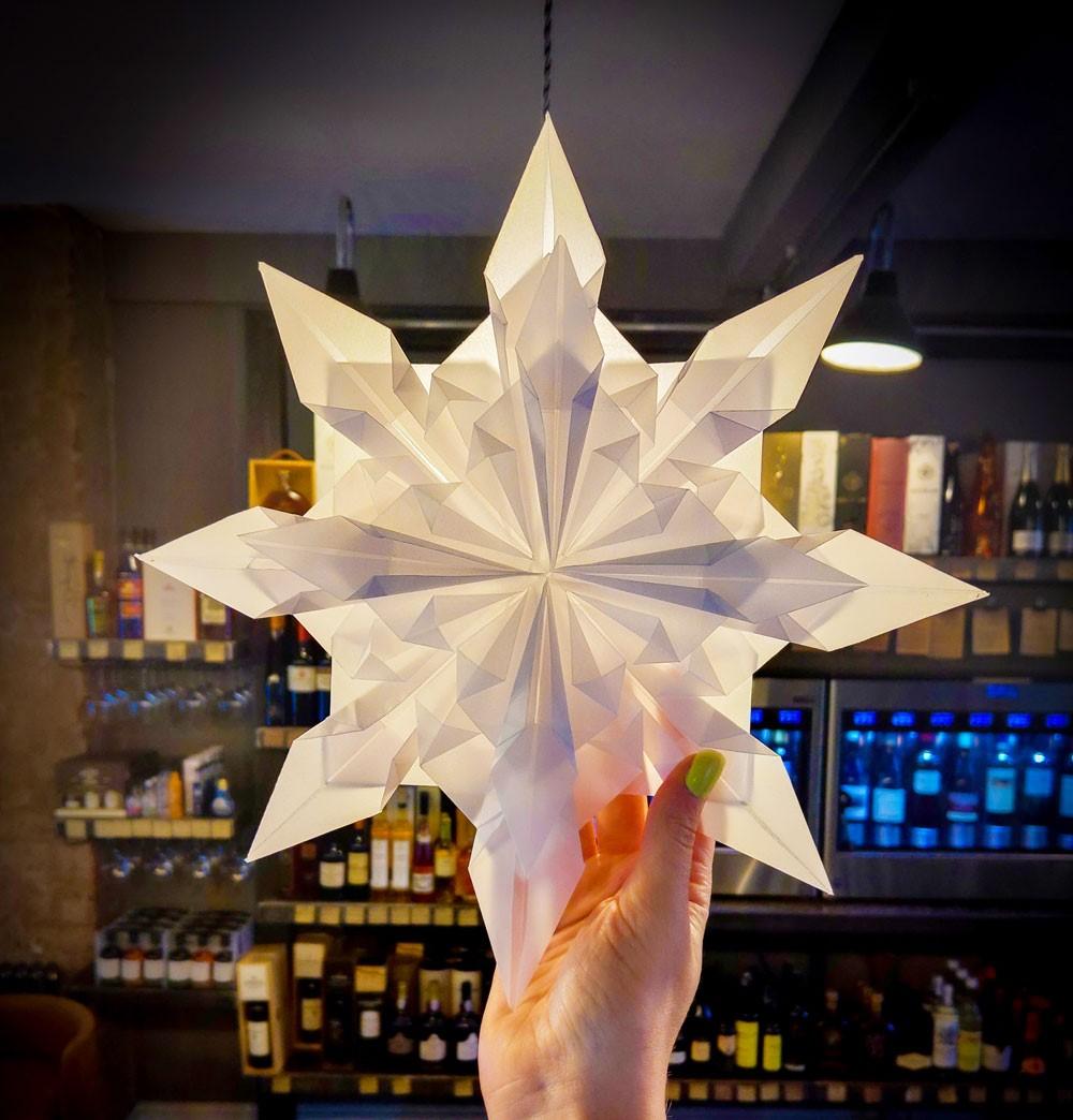 Une autre façon dont l'origami a évolué est qu'il n'est plus plié exclusivement avec du papier origami.