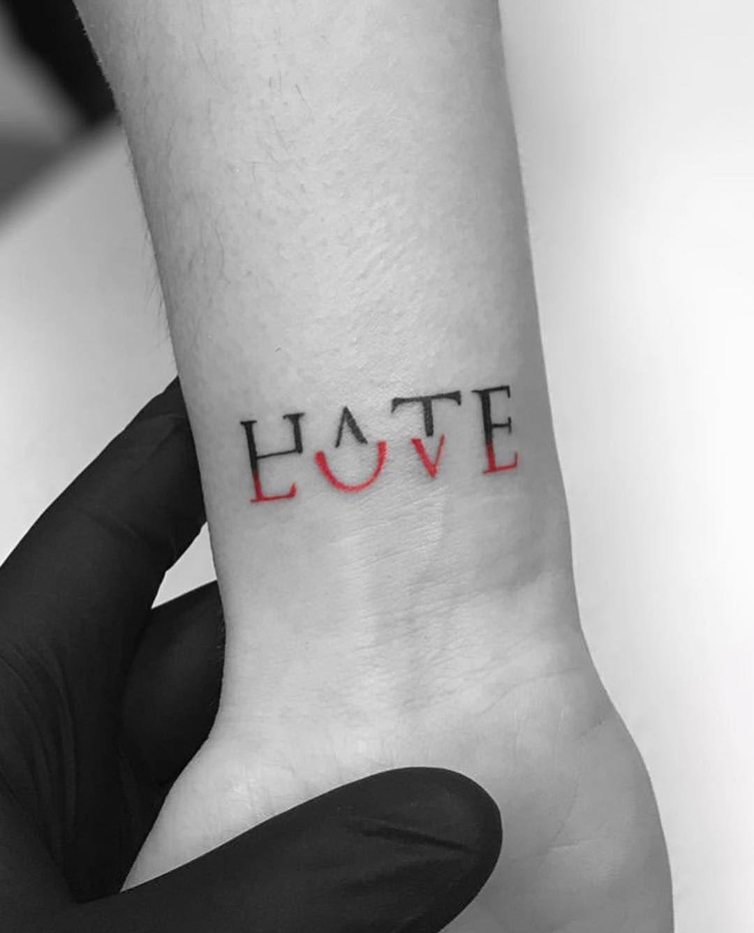 Tatouage ''amour-haine''.