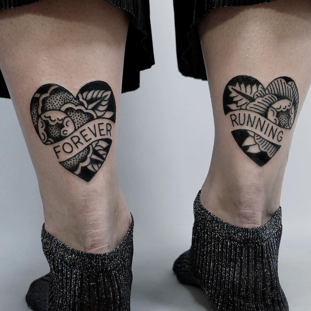 Lettrage de tatouage sur les deux jambes.
